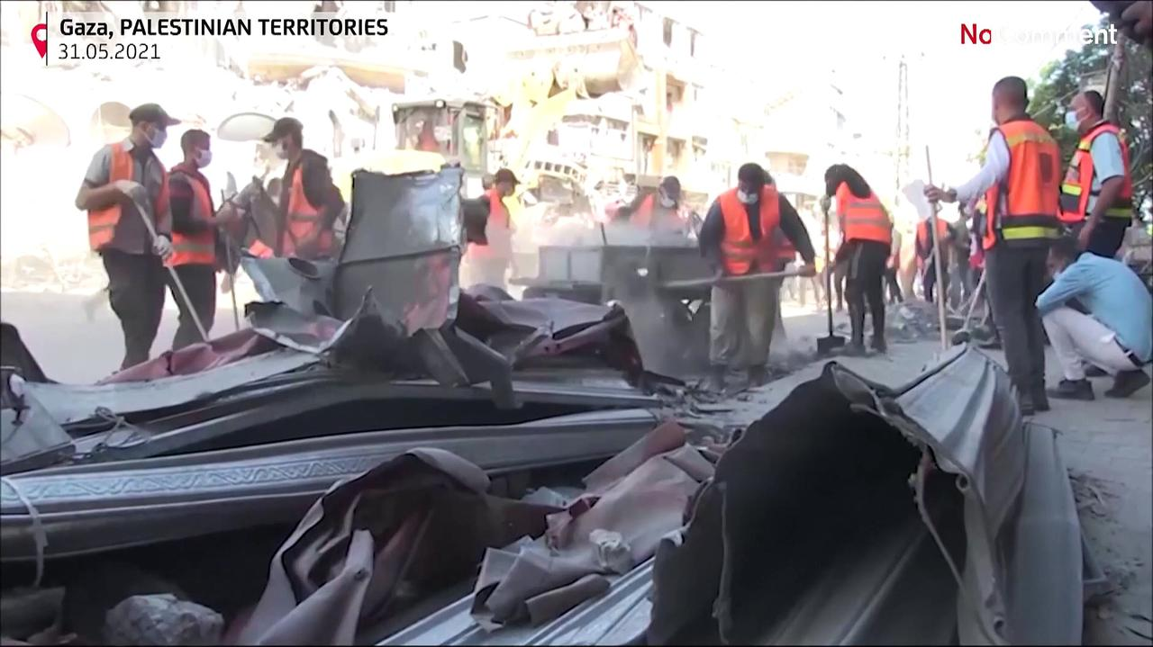 Thousands of Palestinian volunteers clean the debris in the streets of Gaza