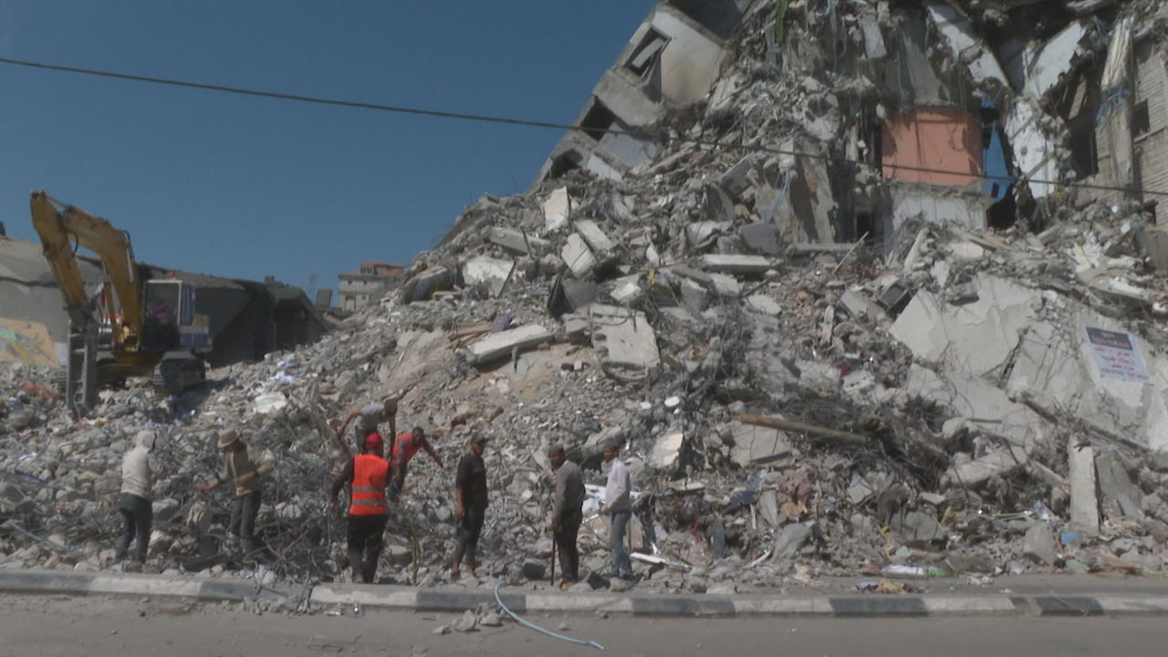 Palestinians begin clearing out rubble after Israeli siege