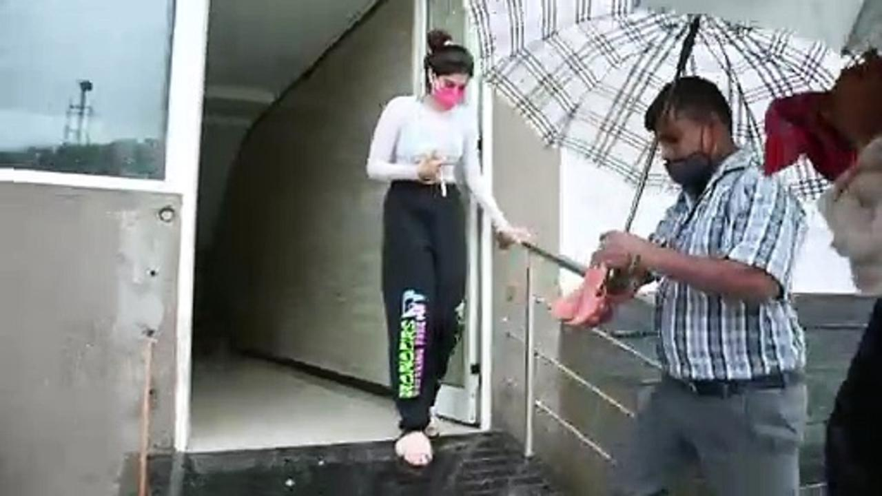 Driver Holds Khushi Kapoor's CHAPPALS As He Walks Out Of Her Gym Amid Heavy Rains