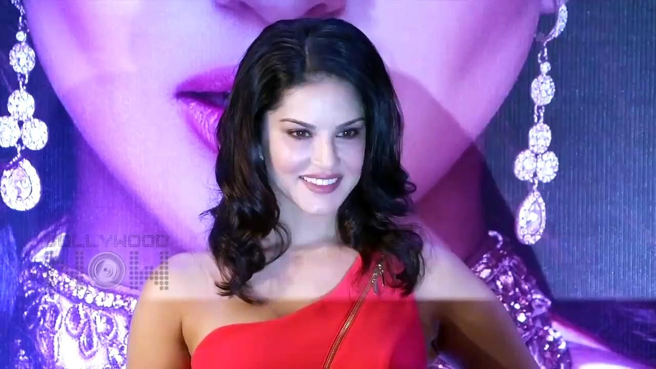 Sunny Leone Speaks Funny Marathi While Performing Stunt | Fans React | Video Viral