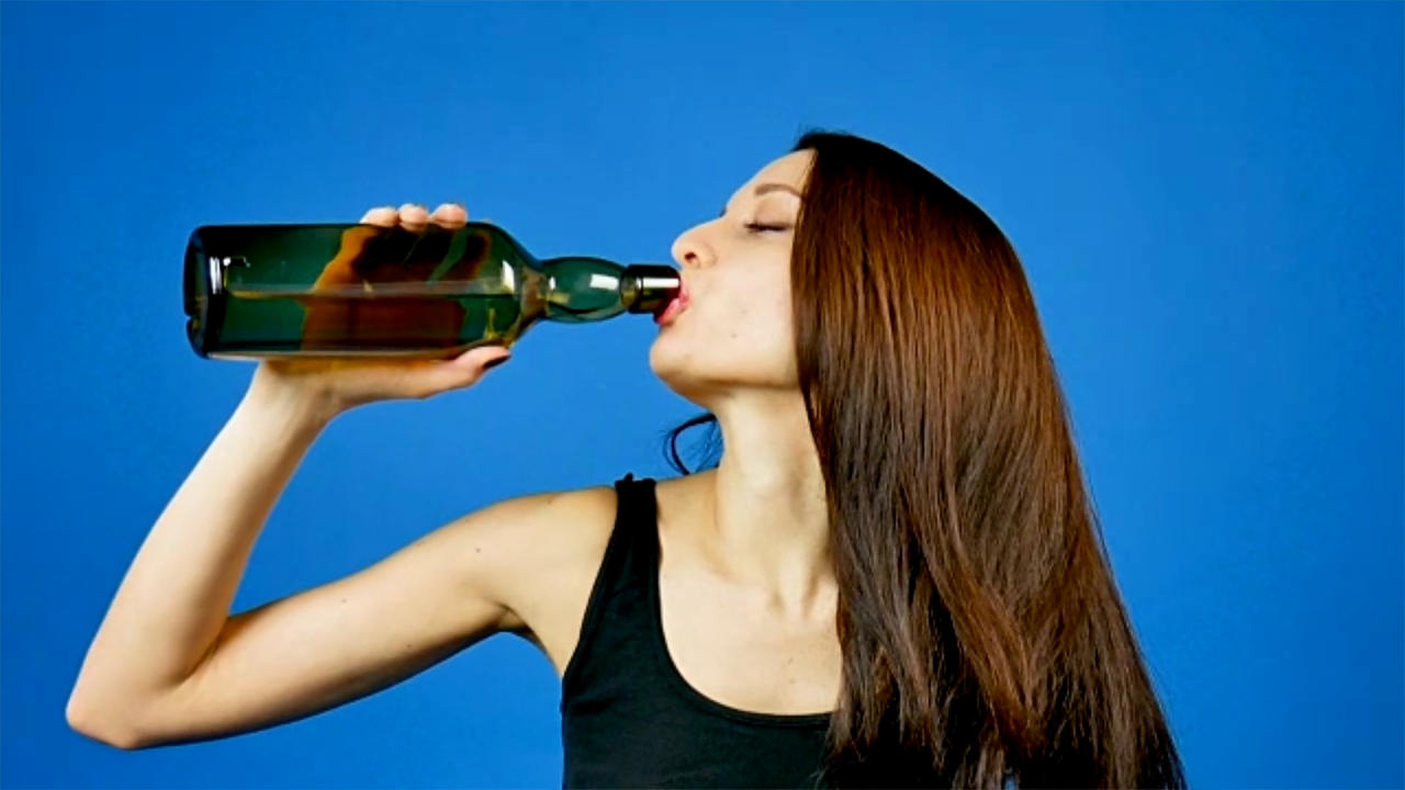 Women who want to get pregnant 'should avoid drinking'