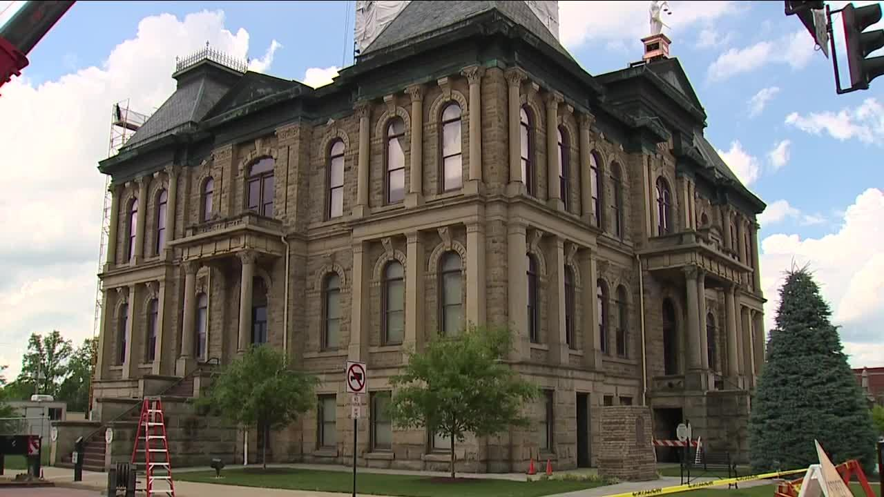 Crews replace Holmes Co. Courthouse cupola, missing since 1953