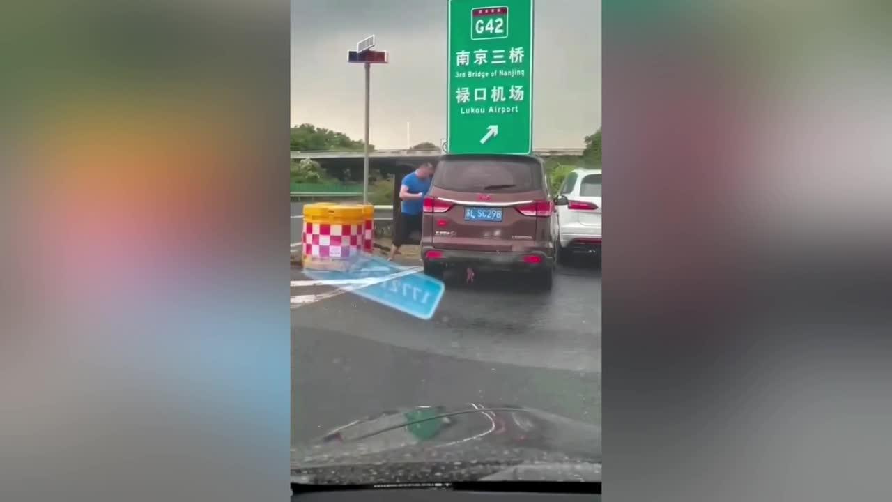 Chinese motorist beats minibus driver in violent road rage attack