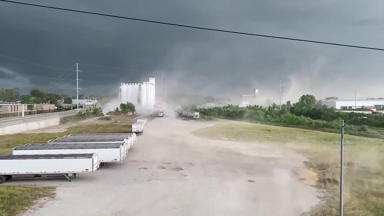 Strong wind storm sweeps Omaha, Nebraska