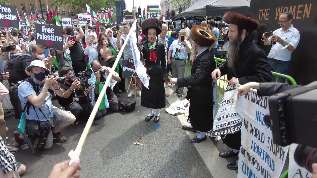Jewish crowd supports burning of Israeli flag by pro-Palestine protestors in London