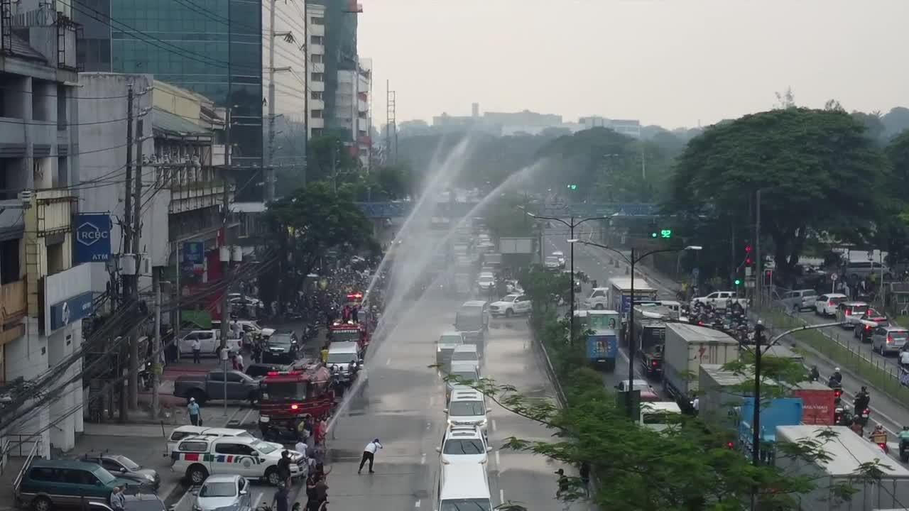 Fire trucks in Philippines honour former president Aquino with water salute