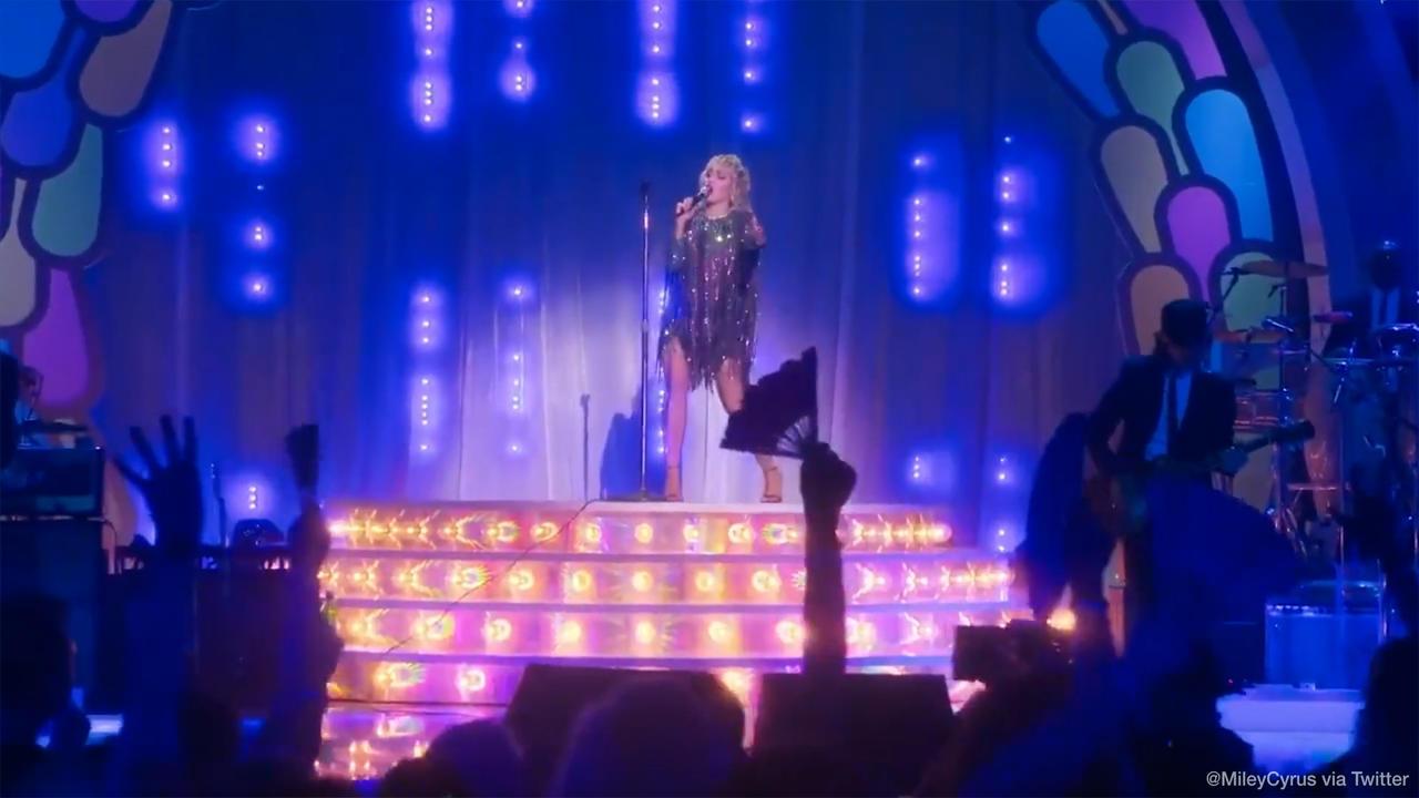 Miley Cyrus rend hommage à Madonna lors d'un show Special Pride