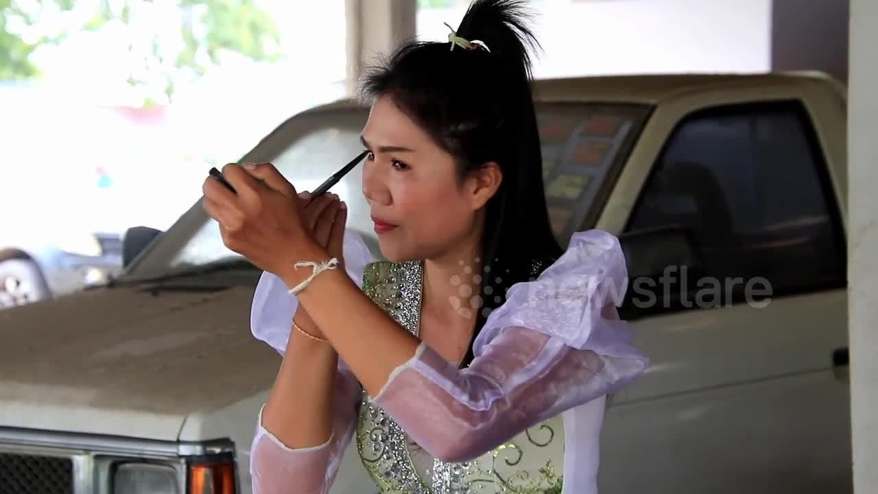 Jobless Thai singer performs in market to get through Covid-19 hard times