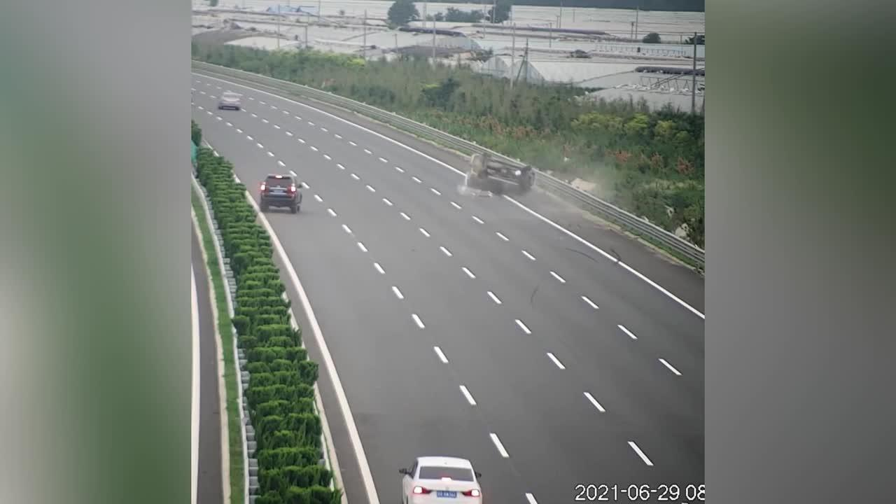 Minibus barrel rolls over on Chinese highway after being crashed into by SUV