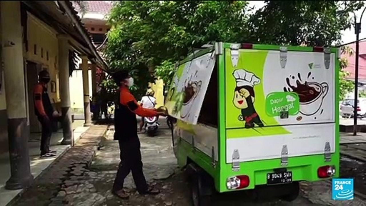 Indonesian volunteers bring food to Covid-19 patients stuck at home
