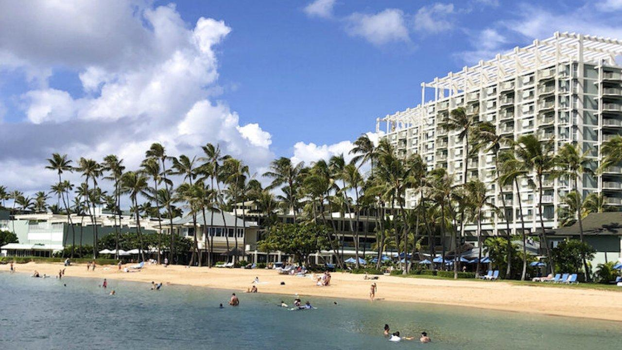 Hawaii urging people to avoid traveling there as worker shortage continues