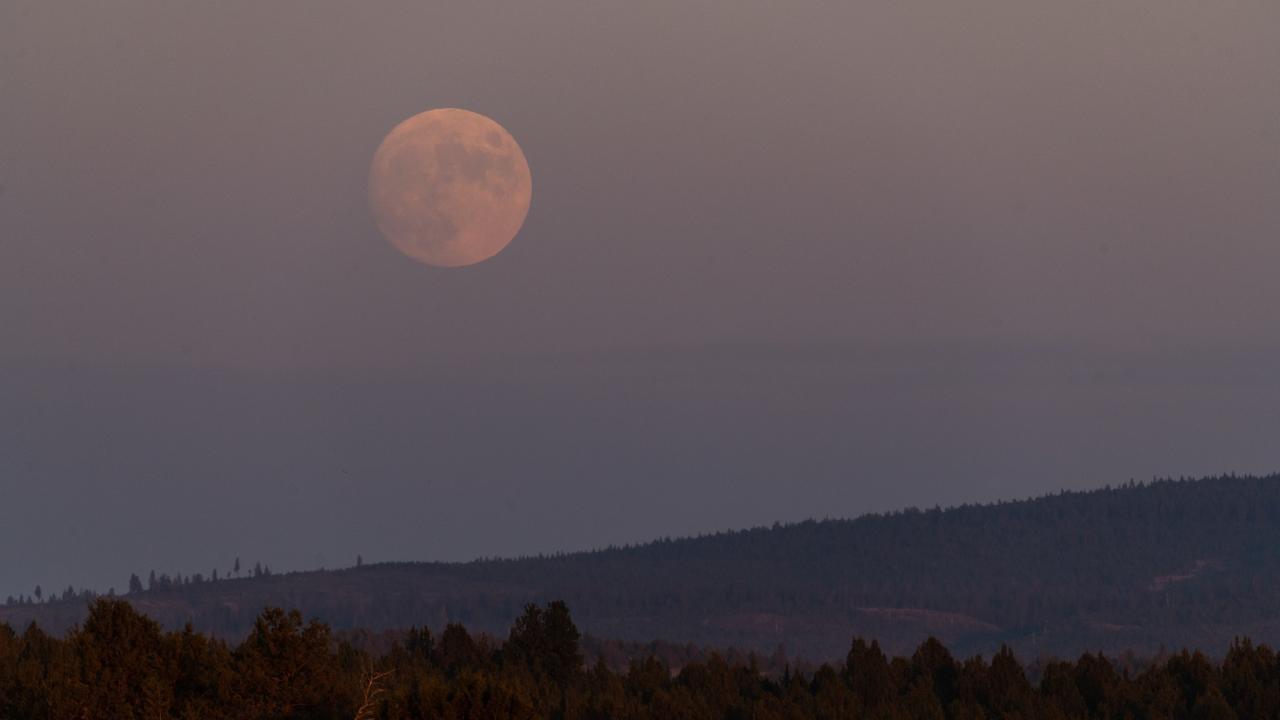 Smoke from US western wildfires turns full moon orange