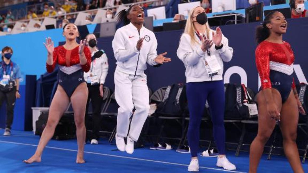 Biles gives teammate impromptu advice during press conference