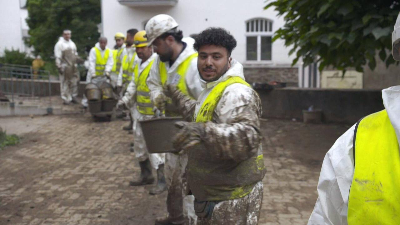 Syrian refugees assisting flood victims in Germany
