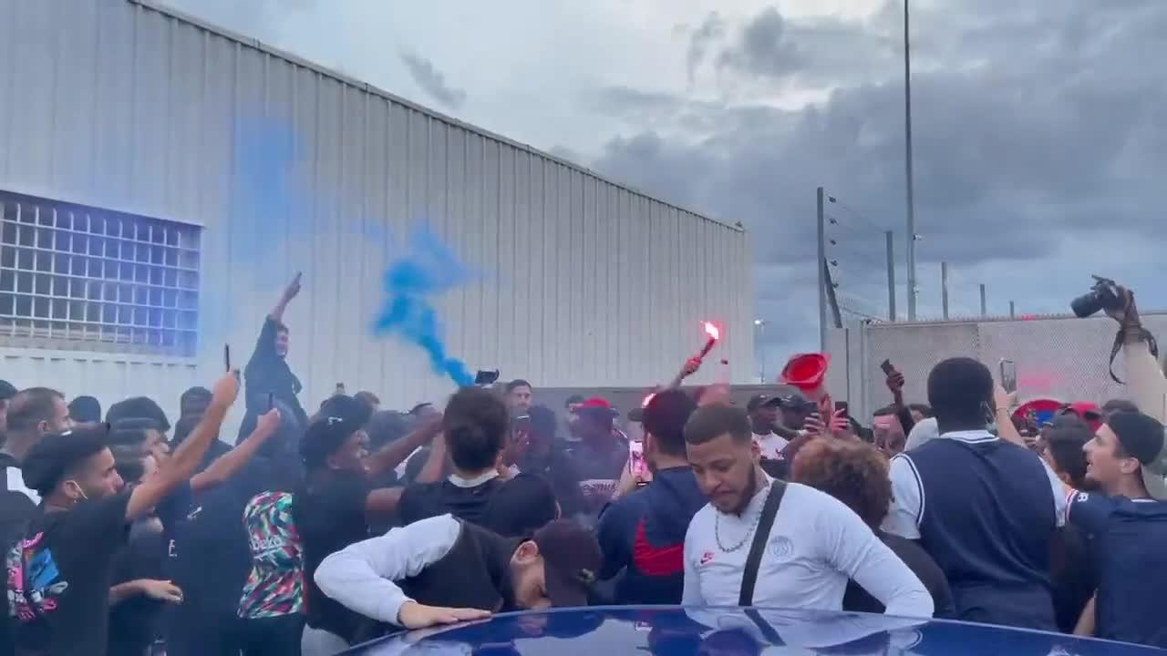 PSG fans waiting for Messi at French airport