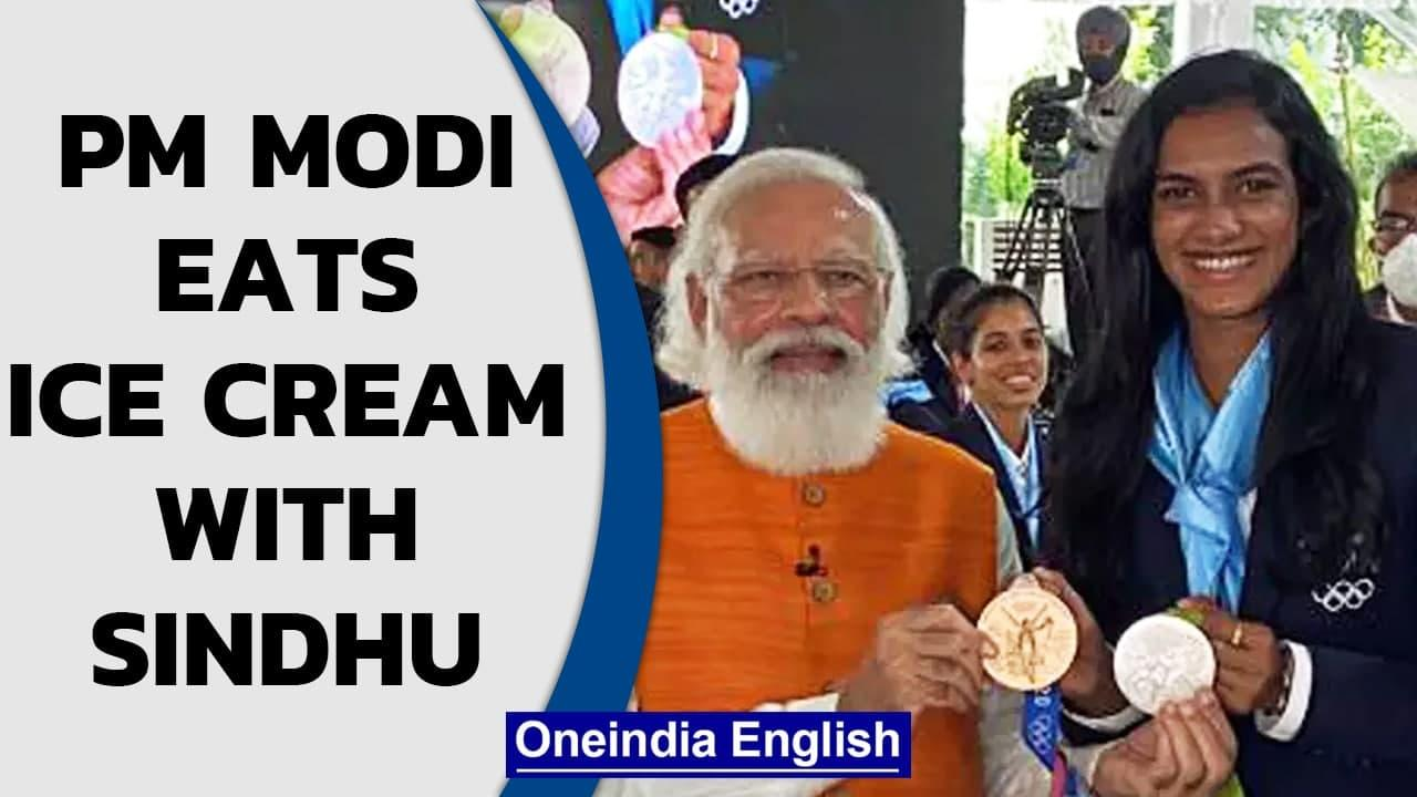 PM Modi shares ice cream with Sindhu, hosts Indian Oympians after Tokyo success | Oneindia News