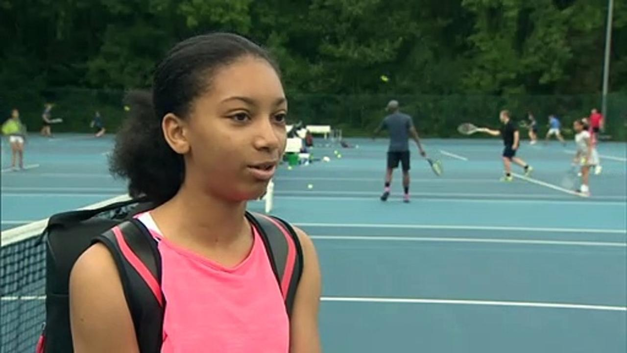 Emma Raducanu inspires youngsters at local tennis club
