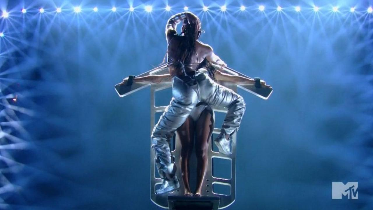 Steamy VMAs moment pays tribute to Janet Jackson