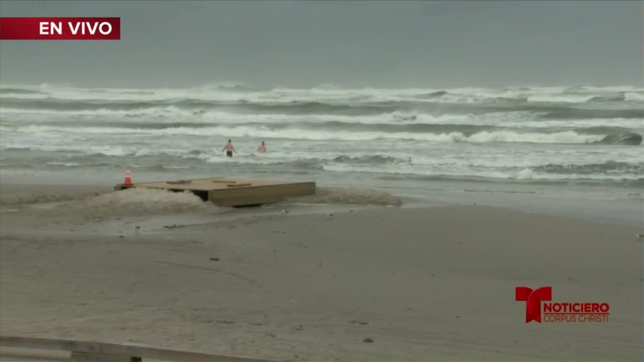 javier Guerra reportando durante la tormenta tropical Nicholas en la isla del padre