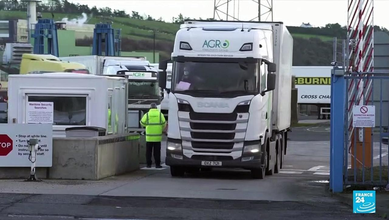 EU offers border 'express lane' to solve Northern Ireland Brexit row