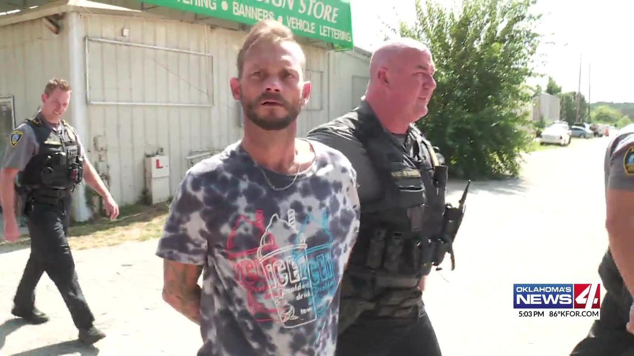 Oklahoma chase suspect apologizes while being taken to jail